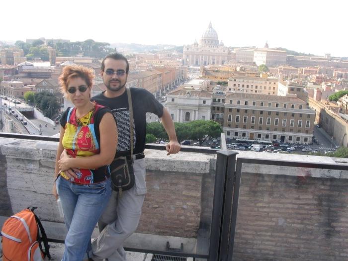 Yolanda y un servidor desde lo alto de la torre del Castillo de Sant'Angelo frente al escudo de Alejandro VI